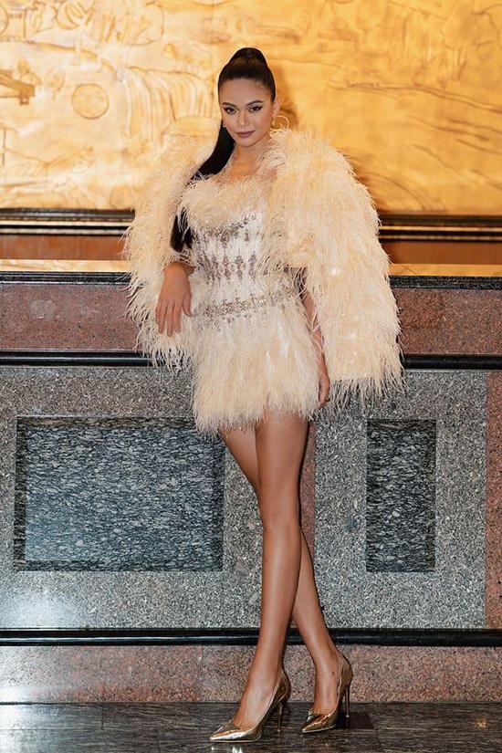 Áo choàng lông tiệp sắc màu được Mâu Thủy mix cùng váy sexy để xây dựng hình ảnh gợi cảm và sang trọng.