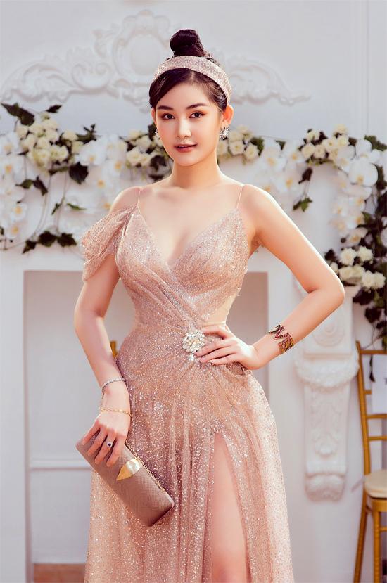 Cô diện thiết kế xuyên thấu, xẻ cao dự chương trìnhPower Fashion Show kỷ niệm 5 năm làm nghề của nhà thiết kế Nguyễn Minh Tuấn.
