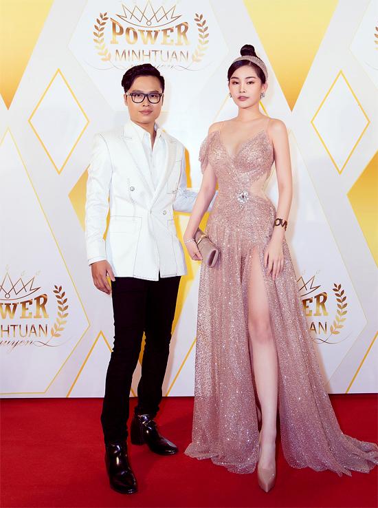 Cô chụp ảnh cùng chủ nhân sự kiện - nhà thiết kế Nguyễn Minh Tuấn.