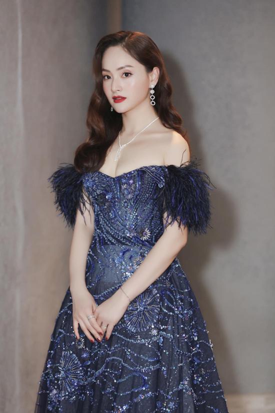 Ngoài Lê Thanh Hòa, xu hướng váy đính lông vũ cũng được nhiều nhà mốt Việt cập nhật trong bộ sưu tập mới. Diễn viên Lan Phương trong trang phục của Đỗ Long.