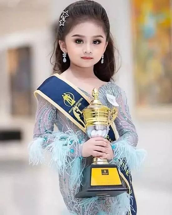 Với đôi mắt to tròn như búp bê, gương mặt xinh đẹp, Baifern Freya vượt qua nhiều ứng viên cùng độ tuổi khác để giành chiến thắng cao nhất trong đêm chung kết Mister and Missteen Thailand phiên bản nhí. Cuộc thi diễn ra hôm 27/11 và thu hút đông đảo thí sinh tham gia.