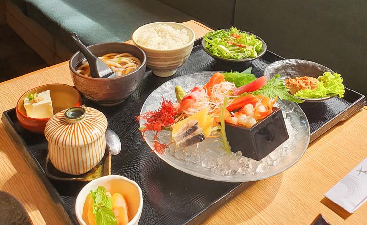 Set đồ ăn Nhật trở nên cực hấp dẫn qua bộ lọc màu có sẵn.
