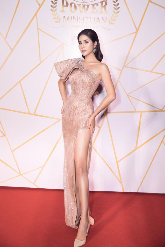 Á hậu sắc đẹp châu Á 2017 Hoàng Hạnh cũng diện thiết kế hở vai, tôn đường cong cơ thể.