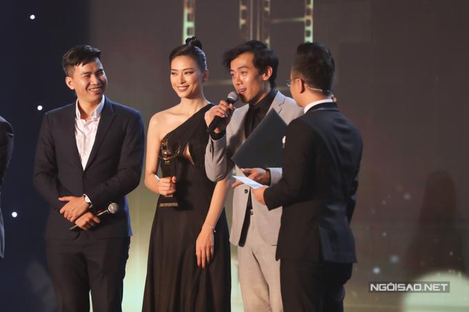 Nhà sản xuất Ngô Thanh Vân cùng đạo diễn Leon Lê lên nhận giải Bông sen vàng cho phim xuất sắc dành cho Song lang. Ảnh: Maison de Bil.