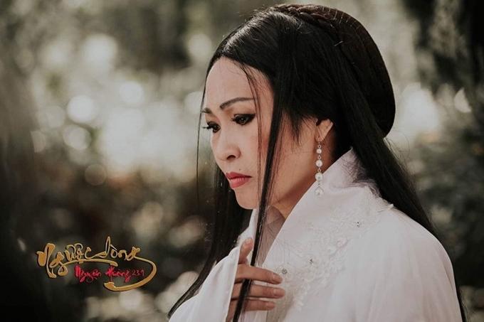 Phương Thanh mặc đồ cổ trang trong dự án phim ca nhạc Ngược dòng Nguyên Hương do cô sản xuất và đóng chính.