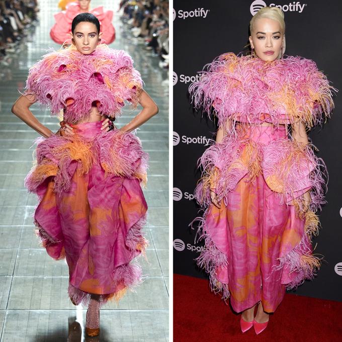 Thiết kế Marc Jacobs xếp nếp bản lớn, phủ lông tua rua khiến ca sĩ Rita Ora (phải) trở nên đồ sộ, kém thu hút.