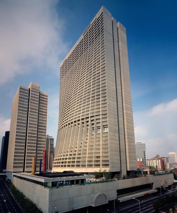 Chính vì thế, tòa nhà còn được gọi là tòa nhà mang thai vì phần bụng phình ra, hay tòa nhà coca-cola vì nhìn giống chai nước ngọt. Khách ở từ tầng 42 đến 47 có phòng tiếp khách riêng tọa lạc ở tầng 42.