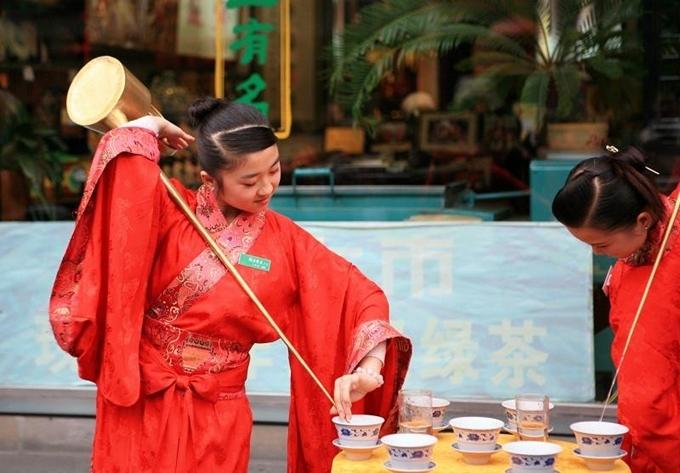 Các nghệ nhân rót trà trẻ tuổi.