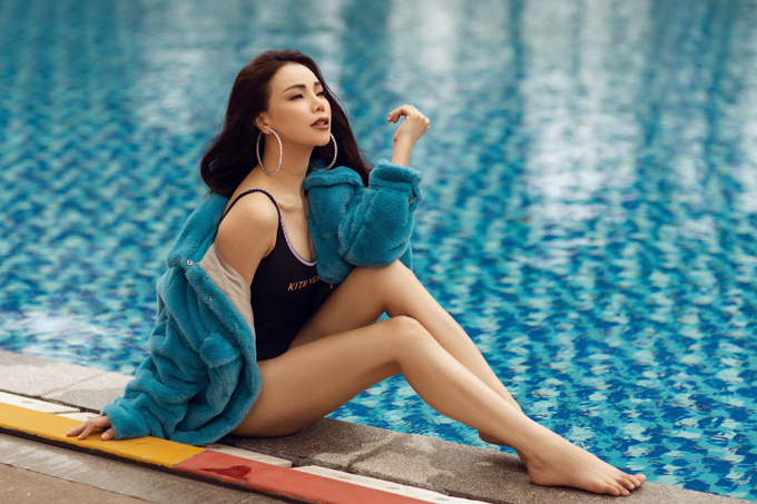 Trang phục dành cho ngày đại hàn được Trà Ngọc Hằng sử dụng cùng áo tắm một mảnh. Nữ ca sĩ muốn thể hiện sự phá cách khi mix trang phục mùa đông cùng đồ tắm mùa hè.
