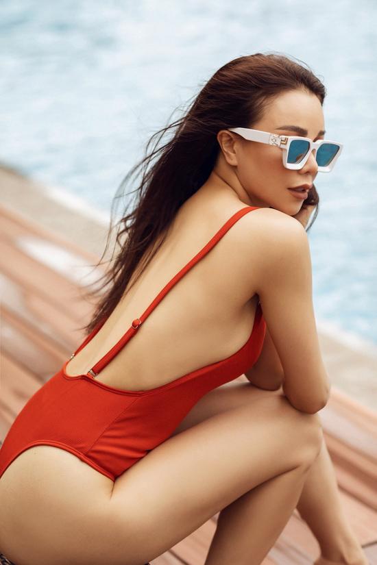 Loạt áo tắm theo đúng xu hướng xuân hè 2020 được Trà Ngọc Hằng lựa chọn để tôn hình thể gợi cảm nhờ quá trình rèn luyện thể thao.