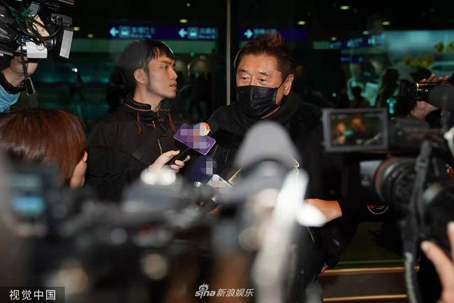 Tối 28/11, bố của cố diễn viên Cao Dĩ Tường xuất hiện tại sân bay Ninh Ba. Theo tờ Sina, ông lên đường về Đài Loan để lo liệu các thủ tục cho hiếu sự của con trai. Người đàn ông ngoài 70 tuổi đôi mắt trũng sâu, gương mặt đầy mệt mỏi. Đi cùng ông là một trợ lý, người này đỡ ông Cao trong suốt chuyến đi.     Người phụ trách show truyền hình thực tế Follow Me đã tạm thời bị đình chỉ công việc, sau cái chết của Cao Dĩ Tường.