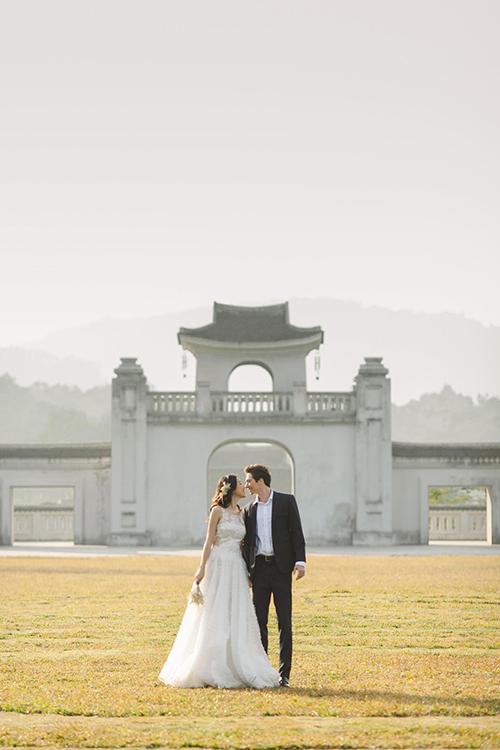 Mẫu váy cưới của NTK tập trung vào phom dáng, tôn vẻ đẹp dịu dàng của người diện.