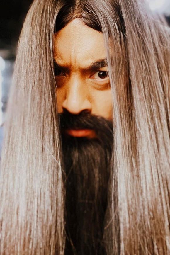 Tạo hìnhLam Trường đội tóc dài, gắn râu giả được anh hé lộ trên Facebook.