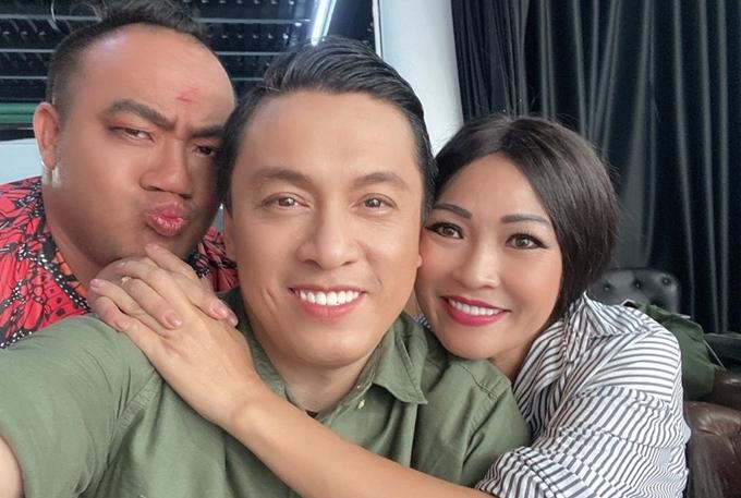 Phương Thanh ôm Lam Trường và chụp cùng Hiếu Hiền ở hậu trường.