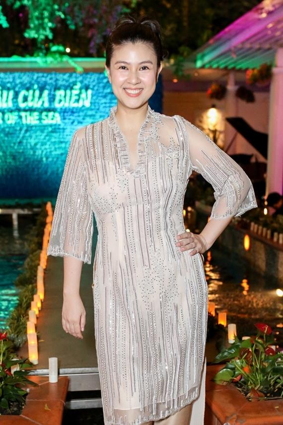 Kim Thư diện áo dài, khoe nhan sắc rạng rỡ trong ngày giới thiệu nhà hàng. Sau biến cố ly hôn diễn viên Phước Sang, nữ diễn viên không hoạt động nghệ thuật mà chuyển hướng kinh doanh ẩm thực và gặt hái nhiều thành công.