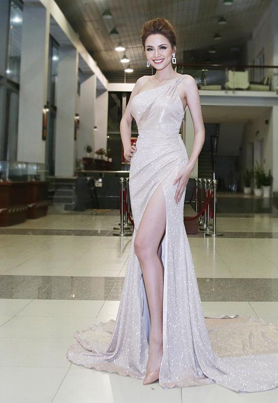 Diễm Hương diện váy hở vai, xẻ vạt cao, tự tin khoe nhan sắc quyến rũ của gái một con.