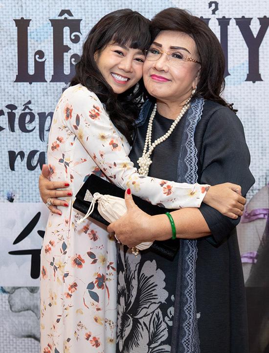 Diễn viên Mai Phương đang điều trị ung thư phổi nhưng vẫn cố gắng đến chúc mừng nghệ sĩ Lệ Thuỷ.