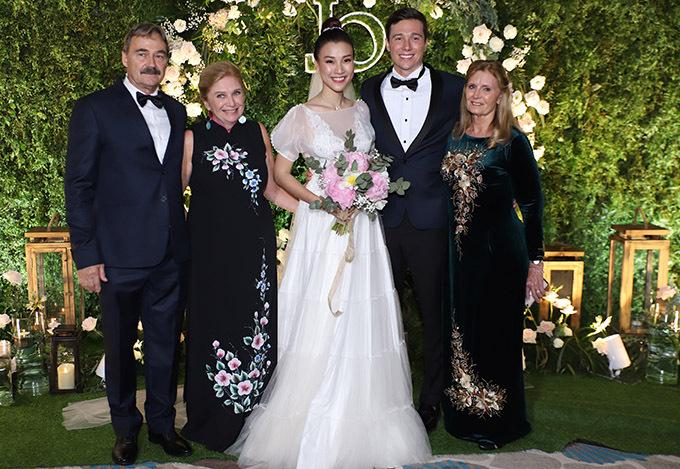 Á hậu thay bộ váy khác khi đón khách đến dự tiệc cưới. Họ nhà trai đến khá sớm.