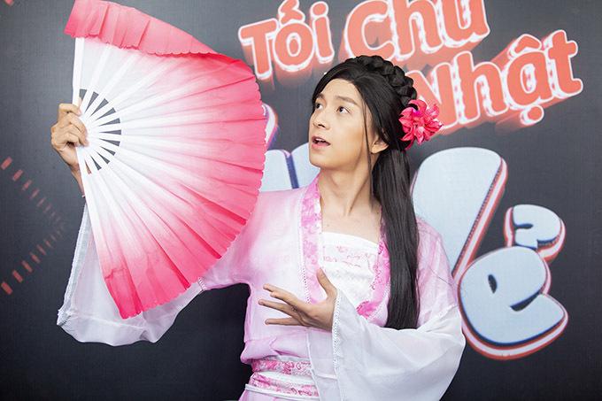 Nam ca sĩ tập luyện múa quạt kỹ lưỡng trước khi lên sân khấu. Anh được nhiều fan khen xinh đẹp với mái tóc dài, cử chỉ điệu đà, nữ tính.