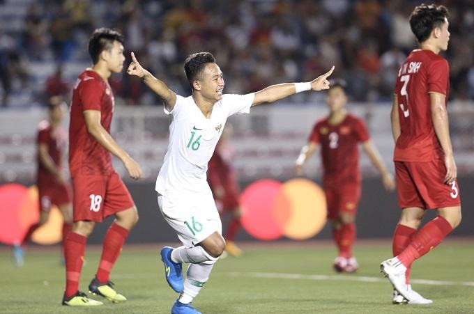 Niềm vui của các cầu thủ trẻ Indonesia. Đội bóng áo trắng trong hiệp một chơi rất hay, phóng ngự tốt và phản công nguy hiểm.
