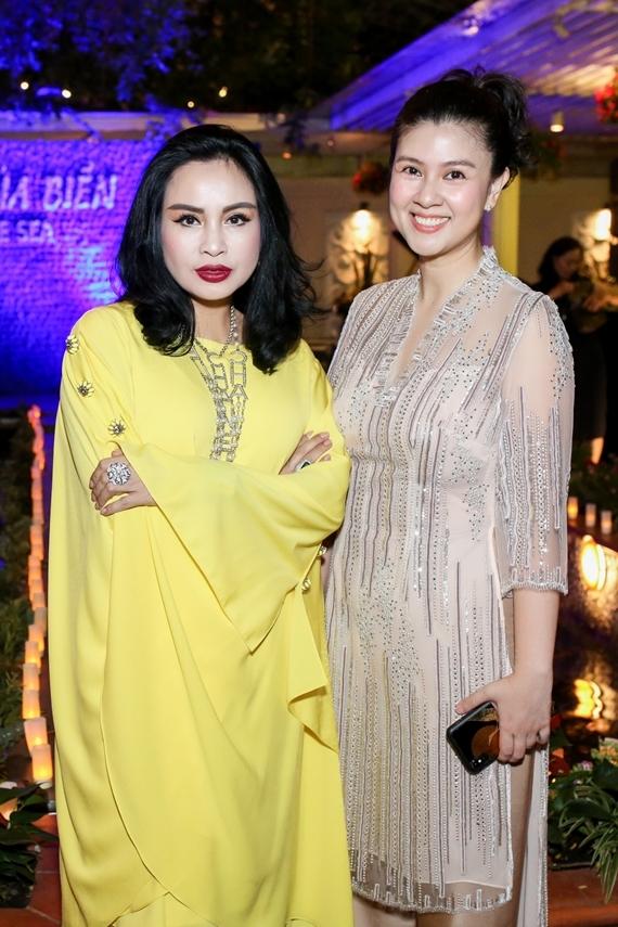 Thanh Lam diện váy vàng nổi bật. Nữ ca sĩ thể hiện nhiều ca khúc góp vui trong ngày khai trương nhà hàng của đồng nghiệp.