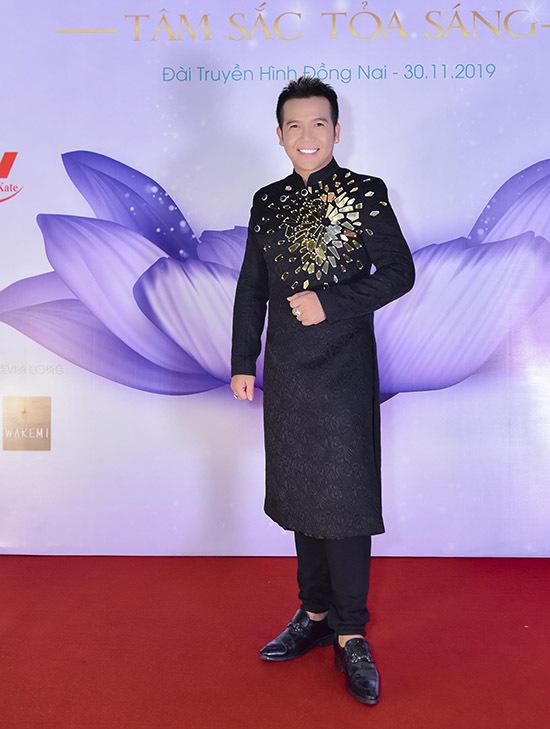 Nhà thiết kế Minh Châu mặc áo dài đính đá lấp lánh đi chấm thi nhan sắc.