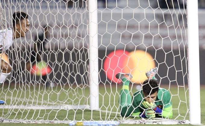 Bùi Tiến Dũng thất vọng khi biếu bàn thắng cho đối thủ.
