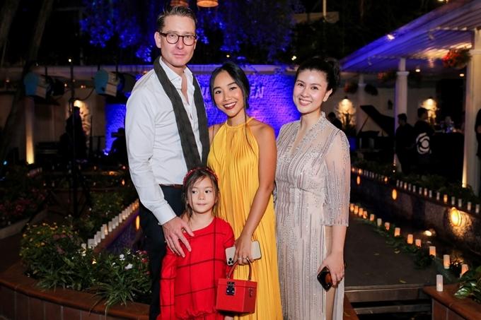 Chồng Tây tháp tùng Đoan Trang và con gái đến dự buổi tiệc khai trương có chủ đề Sắc màu đại dương.