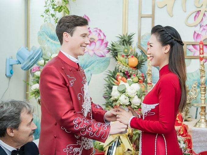 Jack trao hoa cưới cho bà xã. Lấy vợ Việt Nam, anh được trải nghiệm các nghi thức truyền thống trong lễ rước dâu.