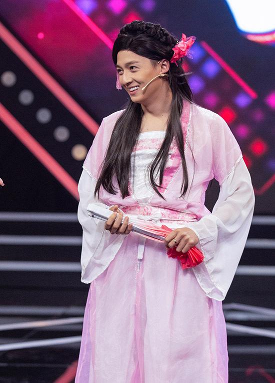 Ngô Kiến Huy bị bạn thân - diễn viên Sam tố ngoài đời anh cũng rất điệu, mê làm đẹp, thích dùng mỹ phẩm như con gái.