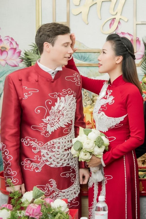 Hoàng Oanh chăm sóc chồng, giúp anh lau mồ hôi trong lúc làm lễ. Trước đó một ngày, cặp đôi cùng số siêu vi, khiến họ phải nhập viện cấp cứu. May mắn, sức khoẻ của họ hồi phục để có thể