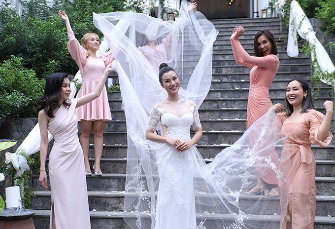 Hoàng Oanh diện soiree cut-out khoe vẻ quyến rũ trong tiệc cưới.