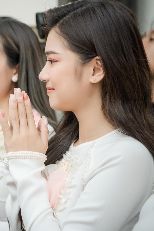 Hoàng Yến Chibi - bạn diễn của Hoàng Oanh trong phim Tháng năm rực rỡ - khóc mừng trước hạnh phúc của đàn chị.