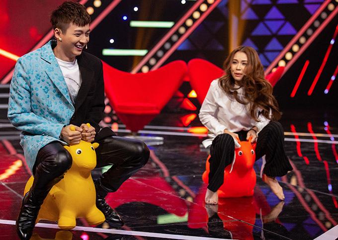 Hai nghệ sĩ có dịp sống lại kỷ niệm thời thơ ấu khi chơi trò cưỡi nai nhún trong chương trình.