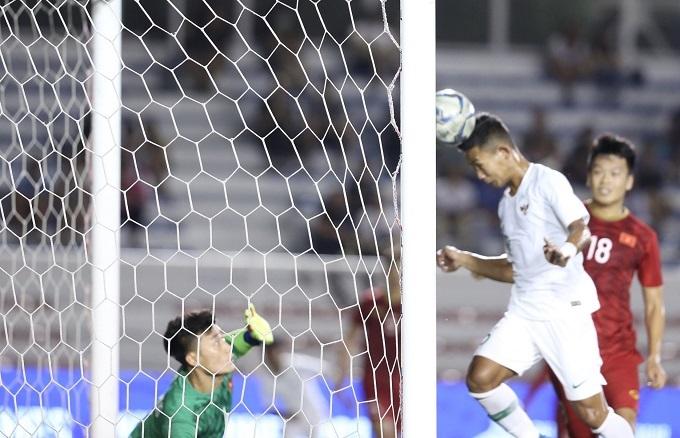 Bóng bật ra và Fauzi lao vào rất nhanh đánh đầu ở cự ly gần, khiến thủ môn U22 Việt Nam không kịp cứu thua.