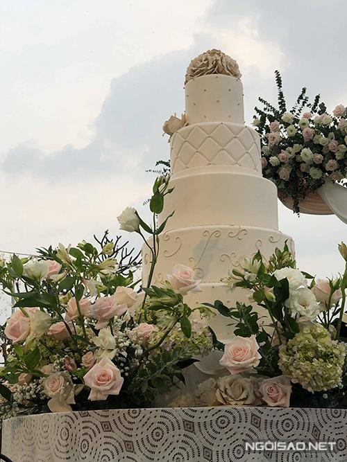 Bánh cưới của uyên ương có lớp fondant họa tiết, được điểm thêm cẩm tú cầu, hoa hồng mang đến vẻ ngọt ngào, lãng mạn.