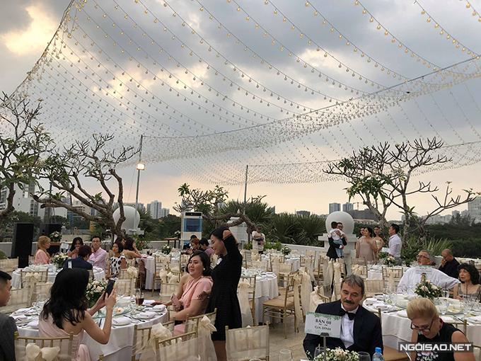 Để giúp lễ cưới sân vườn trở nên lung linh hơn, nhà hàng đã chăng đèn treo dọc sân.