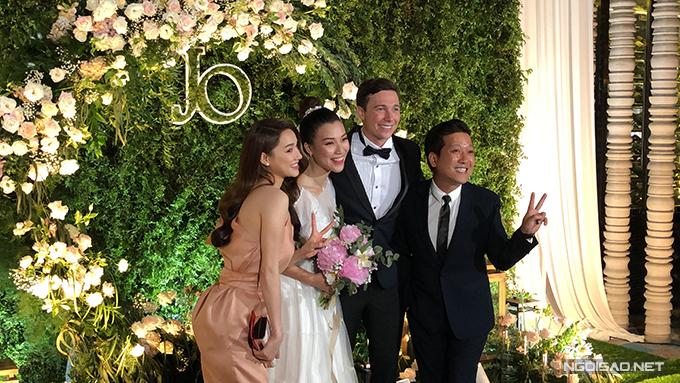Chiều 1/12, Á hậu Hoàng Oanh và chú rể Jack Kevin Cole đã tổ chức tiệc cưới tại một nhà hàng ở quận 7, TP HCM với sự góp mặt của 200 khách mời. Trường Giang, Nhã Phương tạo dáng nhí nhảnh bên cặp cô dâu, chú rể.