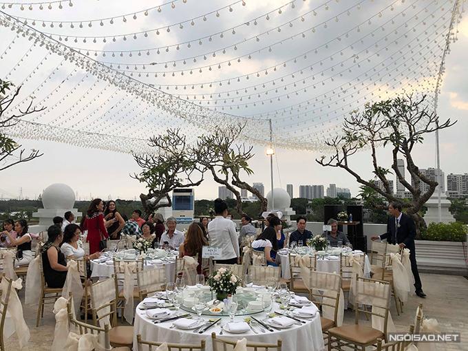 Cô dâu, chú rể tiếp tục chọn ghế Chiavari cho đám cưới sau lễ vu quy vào sáng cùng ngày. Bàn tiệc tròn xoay là lựa chọn tiếp theo của uyên ương.