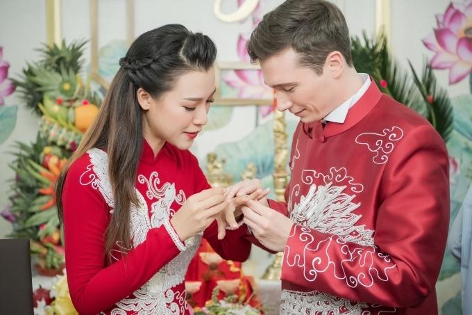 Họ trao nhau nhẫn cưới.