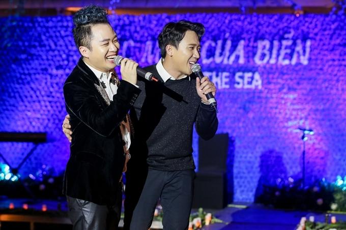 Ca sĩ Tùng Dương lên sân khấu biểu diễn cùng Trấn Thành.