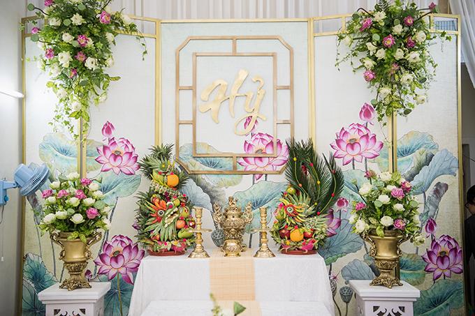 Sở dĩ những đóa sen được chọn làm hoa chủ đạo vì đóa hoa mang nét đẹp truyền thống, biểu tượng của sự thuần khiết, nhẹ nhàng, hợp với tính cách của cô dâu Hoàng Oanh.