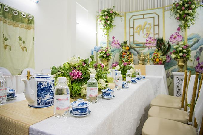 Không gian phía trong nhà gái mang 3 tông màu chủ đạo: xanh lá, trắng và hồng. Uyên ương chọn ghế Chiavari vàng đồng tạo sự nhẹ nhàng, hài hòa về bảng màu.