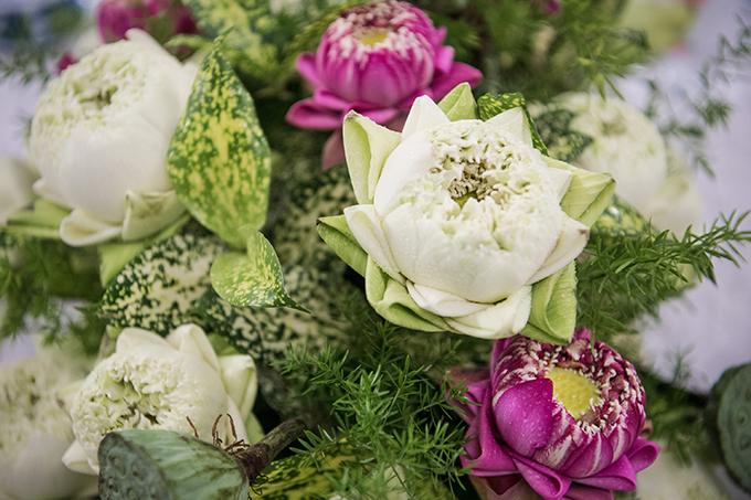 Việc gấp cánh hoa sen là ý tưởng của ekip để tạo sự khác biệt, độc đáo cho không gian. Cánh hoa lớn bên ngoài được gấp vào trong, sau đó tiếp tục gấp hai bên, được thực hiện bởi bàn tay nghệ nhân để tạo thành hình tam giác nhọn.