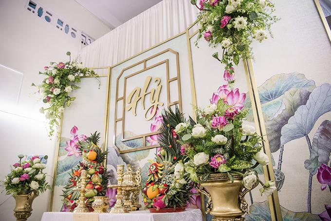 Ekip đã sử dụng 300 đóa sen trắng, hồng và cắm sẵn ở tư gia cô dâu từ tối hôm trước.