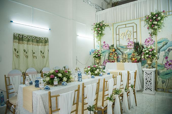 Trước khi mang hoa tới nhà cô dâu, ekip phải sơ chế hoa, cắt gốc, bỏ cánh dập, cắm hoa vào xốp tốt và hoàn thiện trang trí trong vòng 5 tiếng đồng hồ.