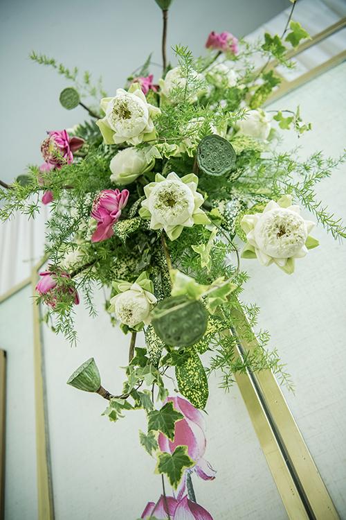 Để giữ hoa tươi lâu, ekip liên tục xịt nước, cấp ẩm cho hoa.
