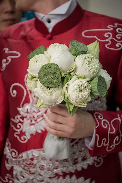 Hoa cầm tay mà chú rể mang sang cho cô dâu cũng được bó từ sen trắng.