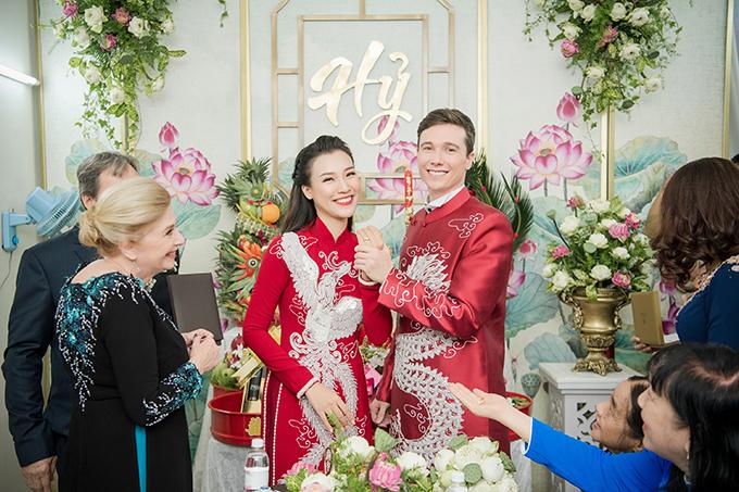 Cùng ngày, Hoàng Oanh và chú rể Jack Kevin Cole sẽ tổ chức tiệc cưới tại quận 7, TP HCM. Tối nay, cô dâu sẽ mặc váy cưới mang phom dáng đuôi cá đến từ NTK Trương Thanh Hải.
