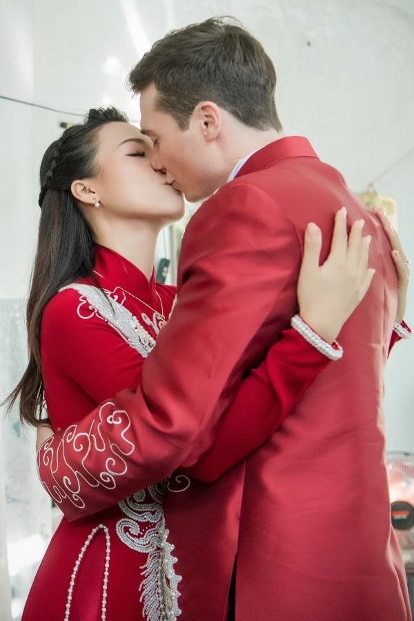 Hoàng Oanh tiết lộ bạn trai không cầu hôn theo cách cầu kỳ, lãng mạn. Ngay từ lần đầu gặp gỡ, anh tin tưởng sẽ cưới cô làm vợ. Sau hai năm tìm hiểu và hẹn hò, họ cùng nhận thấy hiện tại là thời điểm thích hợp để lập gia đình vì cả hai đều có sự nghiệp ổn định lẫn đủ tình cảm để gắn bó dài lâu.